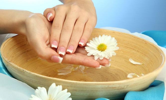 Почему трескается кожа на руках возле ногтей, до крови. Причины и лечение медикаментами и народными средствами