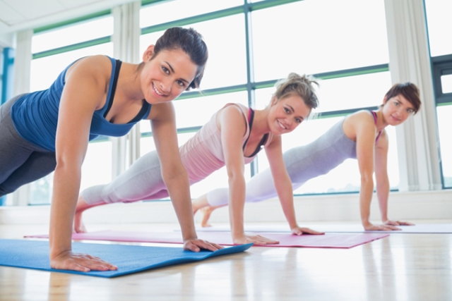 Как правильно отжиматься от пола девушкам, чтобы накачать мышцы пресса, грудные мышцы. Основы для начинающих