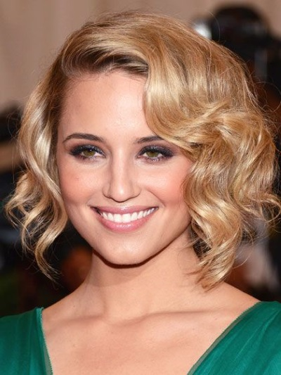 Стрижки на вьющиеся волосы средней длины. Фото модных женских причесок