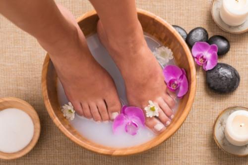 Как почистить пятки от огрубевшей кожи быстро и эффективно в домашних условиях