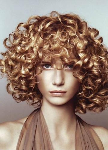 Химическая завивка на короткие волосы: крупные локоны, прикорневая, мокрая, легкая вертикальная, для объема волос, современная, с челкой и без. Фото