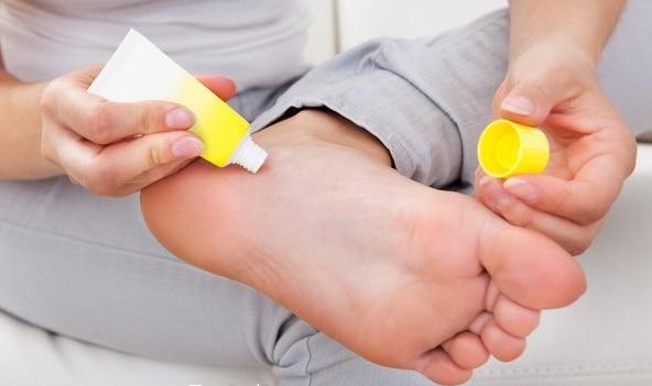Трещины на пятках. Причины и лечение. Народные средства, мази, кремы, витамины