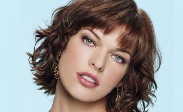 Модные красивые женские стрижки на вьющиеся волосы средней длины: с челкой и без, не требующие укладки. Новинки 2021