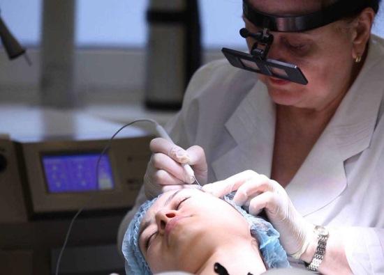 Милиумы на лице. Фото, как избавиться, лечить в домашних условиях, удаление лазером под глазами, на веках, подбородке, теле. Причины у взрослых и детей