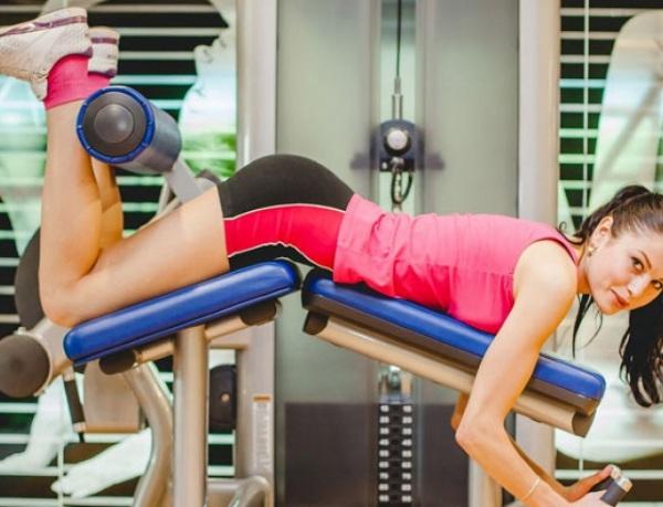 Упражнения на заднюю поверхность бедра в тренажерном
