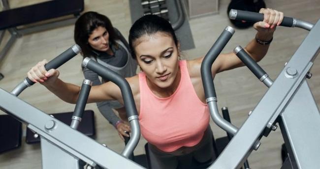 Подтягивания в гравитроне для девушек. Какие мышцы работают, техника