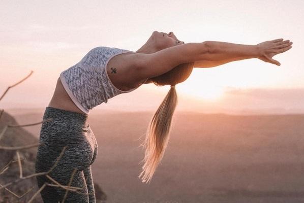 Приветствие Солнцу комплекс упражнений для начинающих. Польза йоги, как делать