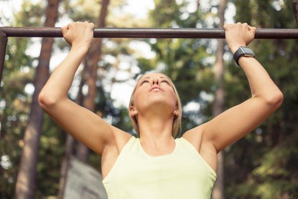 Упражнения для подтягивания на турнике для девушек, чтобы научиться подтягиваться