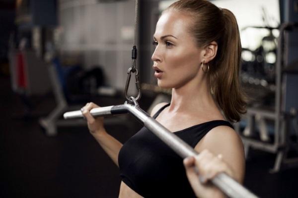 Упражнения на руки в тренажерном зале для девушек с гантелями и без, на турнике, тренажерах