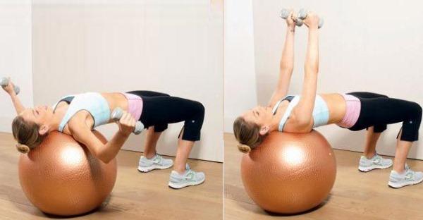 Упражнения с гантелями на грудь для девушек в тренажерном зале, домашних условиях