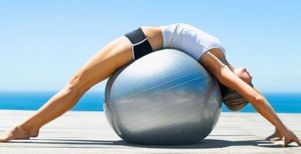 Упражнения с мячом для фитнеса для похудения живота, боков, ног. Видео для начинающих