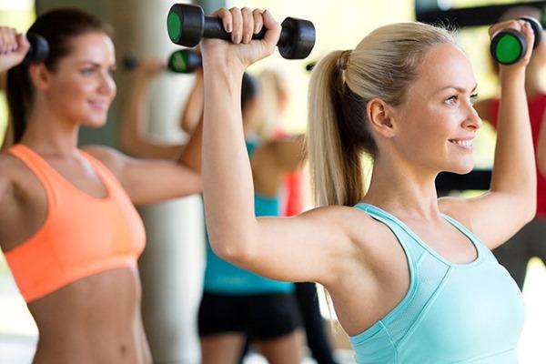 Занятия с тренером в тренажерном зале для девушек. Сколько стоят индивидуальные, групповые, польза