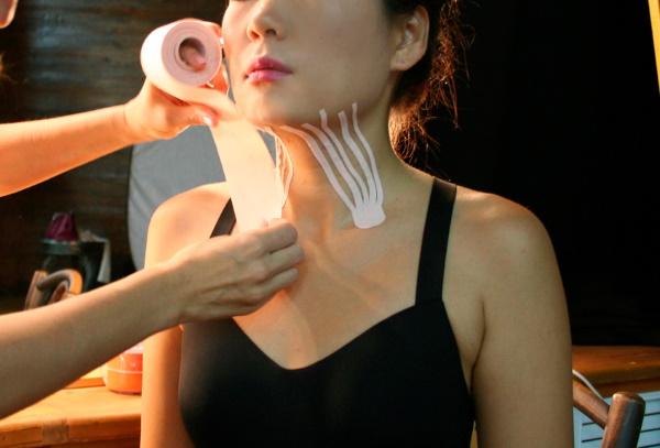 Тейпирование шеи от морщин, птоза. Что это такое, схемы в домашних условиях