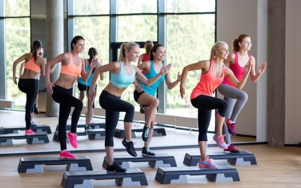 Интенсивные тренировки для сжигания жира дома, в тренажерном зале для женщин