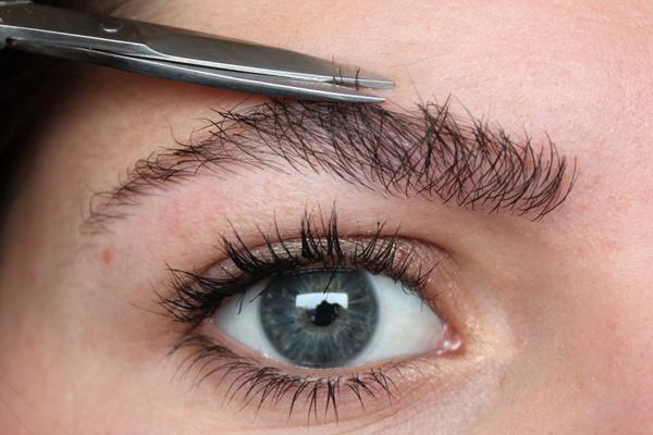 Как подстричь брови в домашних условиях женщине ножницами